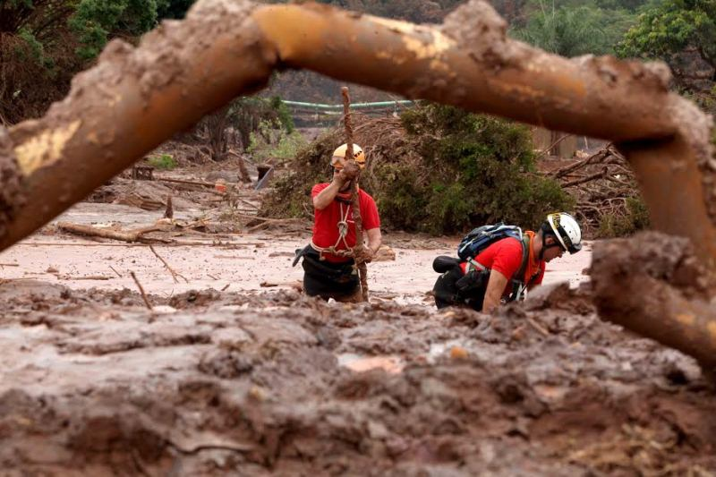 09-11-2015 . Localidade de Bento Rodrigues , afetado pela barragem da Samarco , onde os Bomebiros fazem vistoria a procura de corpos desaparecidos. Foto Marcelo Sant Anna