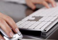 17372-mulher-usando-computador-30300