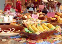 FESTA JUNINA - CURITIBA - 29/05/2013 - BOM GOURMET - Matéria sobre festa junina. A ideia é mostrar como montar uma mesa com todos os quitutes disponíveis para a festa junina, mostramos bem as possibilidades de montagem da mesa junina que a produtora Ana Terra vai prepara para nós. A produtora e a chefe Gabriela montou e criou um cenário onde mostramos o que as pessoas podem fazer para a festa junina de 2013, no Magnólia Ateliê de flores. - Foto: Antônio More / Agência de Notícias Gazeta do Povo