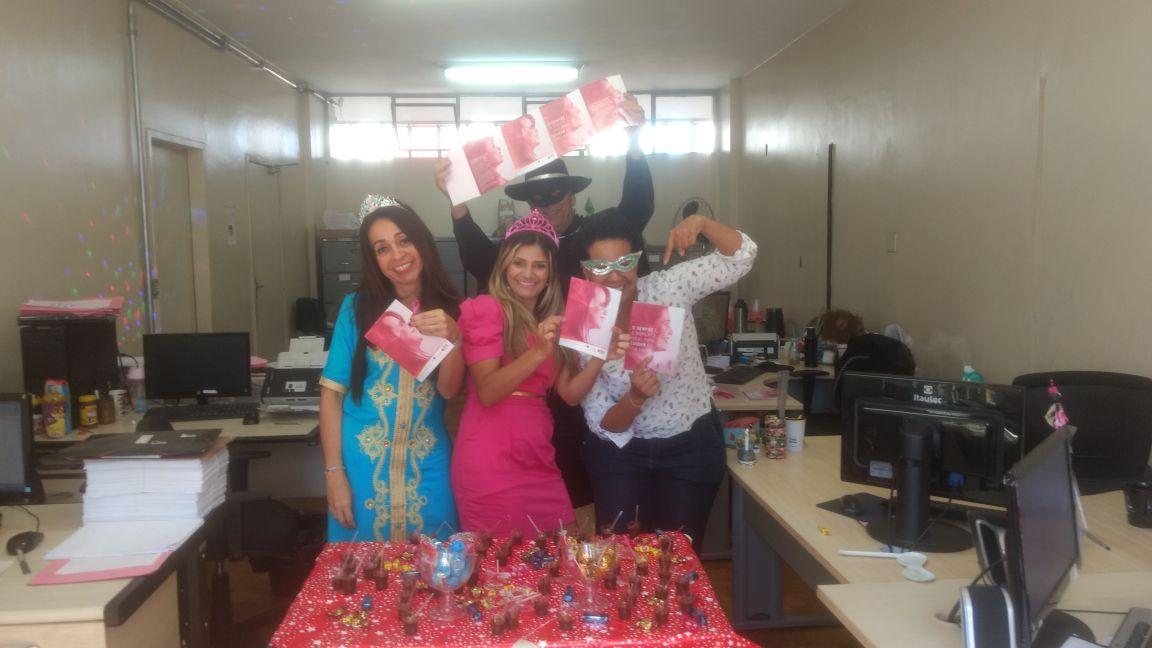 Departamento de Trânsito de Minas Gerais Polícia Civil de Minas Gerais - O tema foi o auto cuidado, assim as servidoras foram presenteadas com um dia de auto maquiagem e receberam orientações sobre o câncer de mama, e ganharam um kit com os panfletos e um laço rosa.