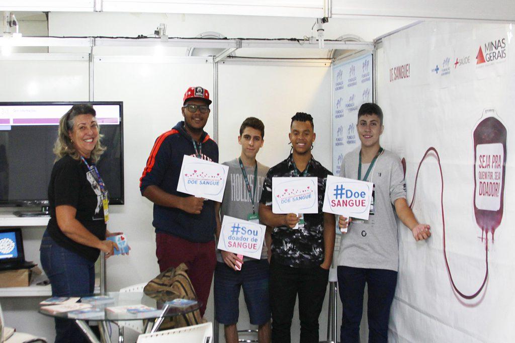 Lúcia Naves, da Assessoria de Comunicação Social da Fundação Hemominas, conscientiza visitantes para a causa da doação de sangue e medula óssea. Foto: Adair Gomez.