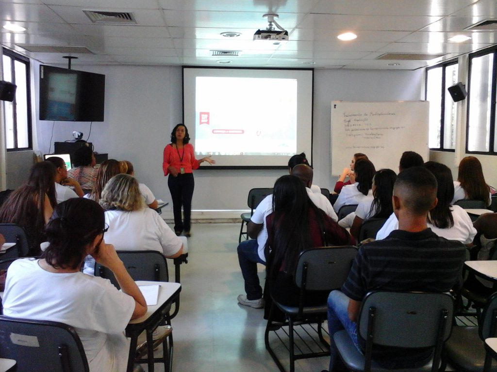 A captadora do HBH, Carolina Ferreira, e a estagiária de pedagogia, Marina Reis são responsáveis pelas atividades de extensão no Hemocentro de Belo Horizonte (HBH). Foto: Acervo Hemominas