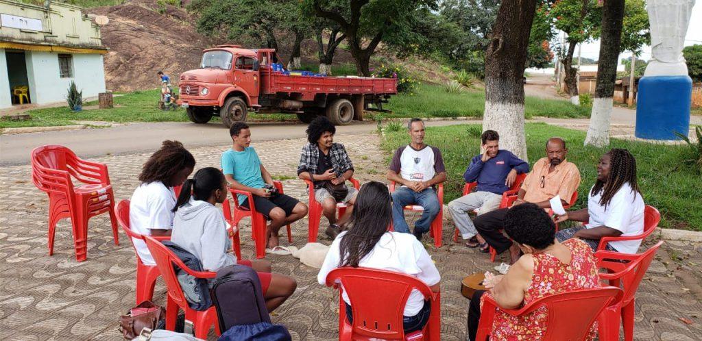 Roda de terapia comunitária com os moradores do Tejuco - Relatos pessoais e momentos de troca com outras pessoas, resiliência e resignificação, como incentivo a procurar ajuda em centros de saúde, e dialogar com outras pessoas. Créditos das fotos: Afinando a vida
